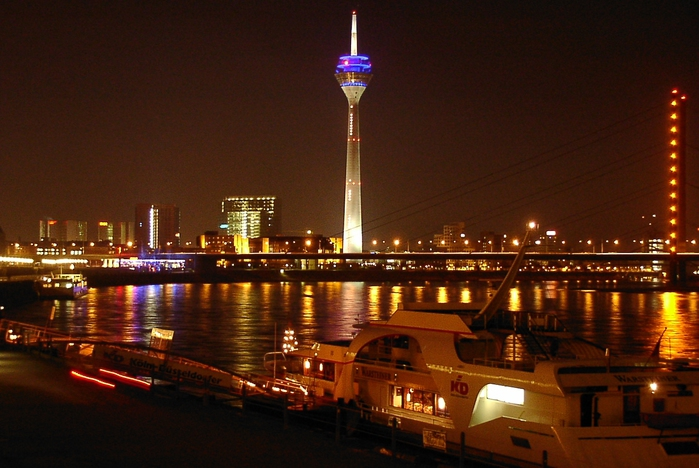 Duesseldorf_riverside_by_night_01 (700x468, 226Kb)