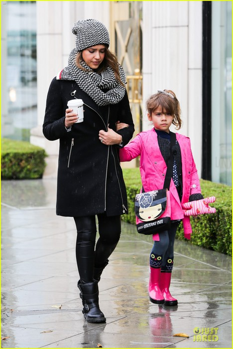 jessica-alba-cash-warren-wet-family-stroll-after-thanksgiving-08 (468x700, 90Kb)