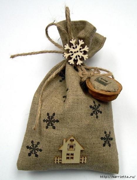 Идеи упаковки новогодних подарков. Шьем мешочки и украшаем их орешками (8) (467x611, 161Kb)