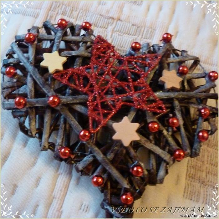Плетение сердца из газетных трубочек