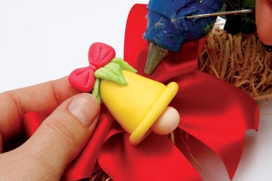 Рождественский венок с мишками из холодного фарфора. Мастер-класс (12) (533x355, 96Kb)