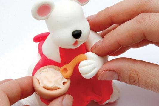Рождественский венок с мишками из холодного фарфора. Мастер-класс (22) (533x355, 84Kb)