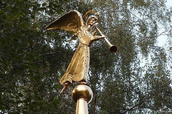 Ангел на крыше беседки (700x466, 356Kb)