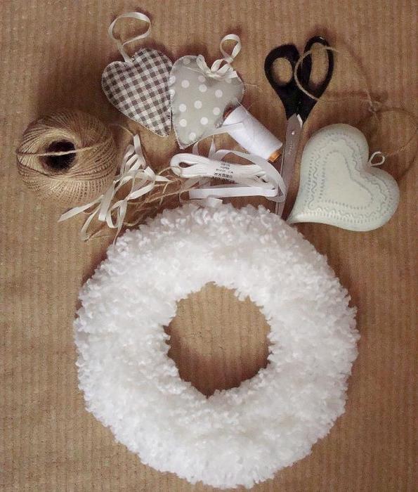 Белоснежный рождественский венок из помпонов (10) (595x700, 308Kb)