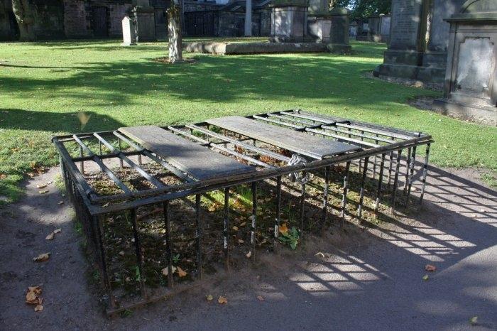 могильные сейфы mortsafe (700x466, 230Kb)