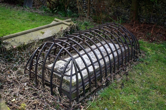 могильные сейфы mortsafe 2 (700x465, 334Kb)