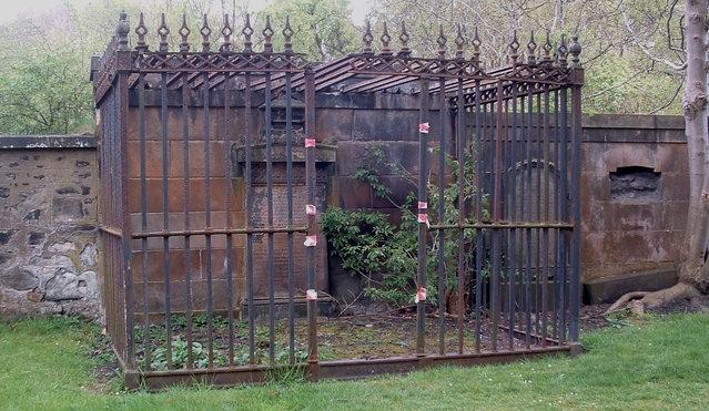 могильные сейфы mortsafe 6 (639x371, 229Kb)