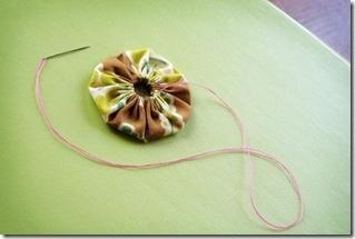 Елочки из цветочков йо-йо и пробок. Новогодние игрушки своими руками (22) (319x215, 35Kb)