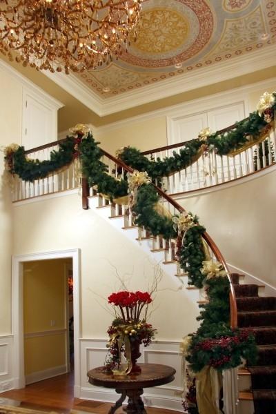 Дизайн интерьера. Потрясающие идеи украшения лестниц к Рождеству (5) (400x600, 167Kb)
