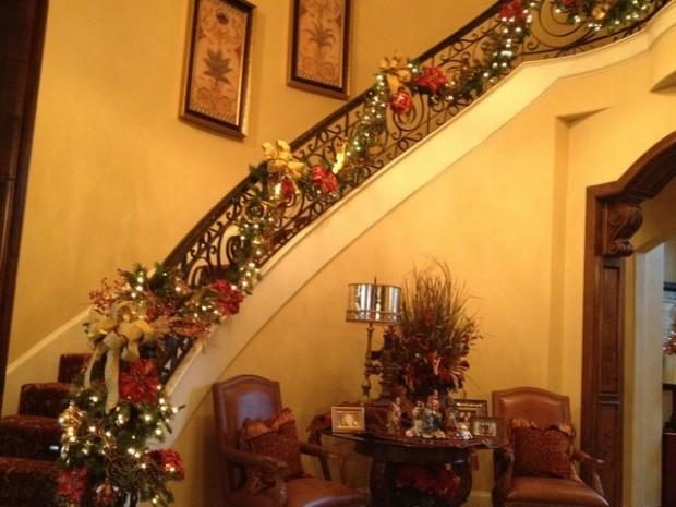 Дизайн интерьера. Потрясающие идеи украшения лестниц к Рождеству (12) (620x465, 164Kb)