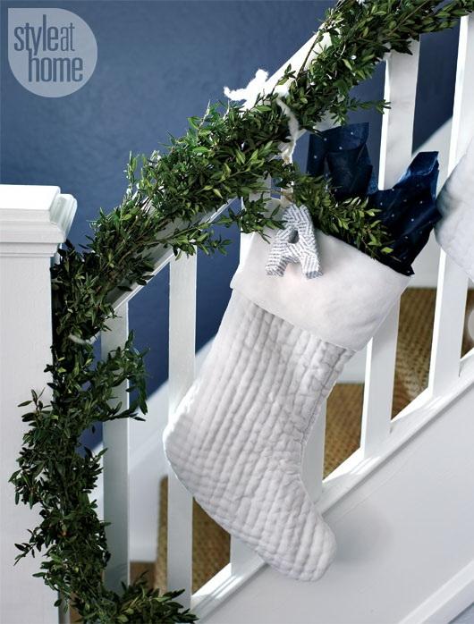 Дизайн интерьера. Потрясающие идеи украшения лестниц к Рождеству (19) (530x698, 228Kb)