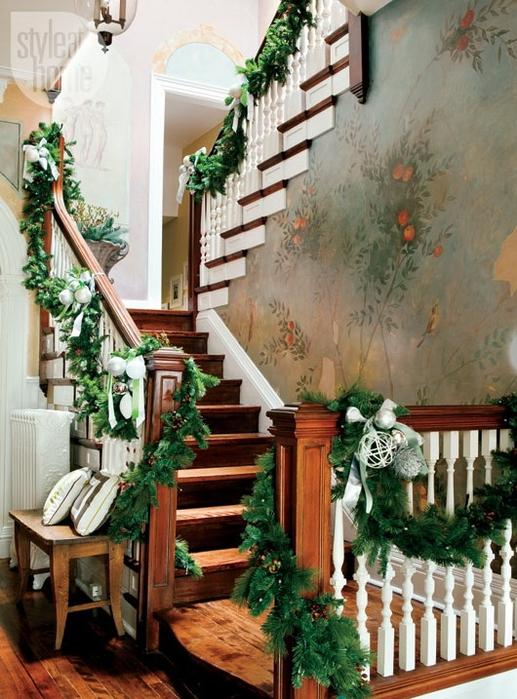 Дизайн интерьера. Потрясающие идеи украшения лестниц к Рождеству (20) (517x700, 308Kb)