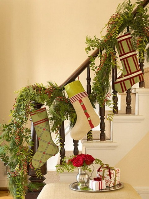 Дизайн интерьера. Потрясающие идеи украшения лестниц к Рождеству (23) (480x640, 194Kb)