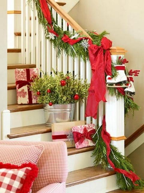 Дизайн интерьера. Потрясающие идеи украшения лестниц к Рождеству (52) (480x640, 200Kb)