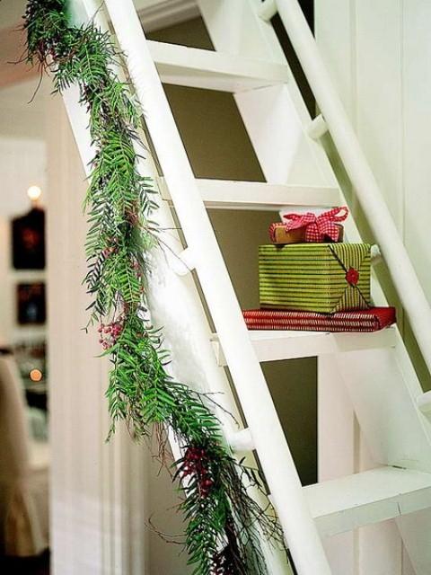 Дизайн интерьера. Потрясающие идеи украшения лестниц к Рождеству (56) (480x640, 202Kb)