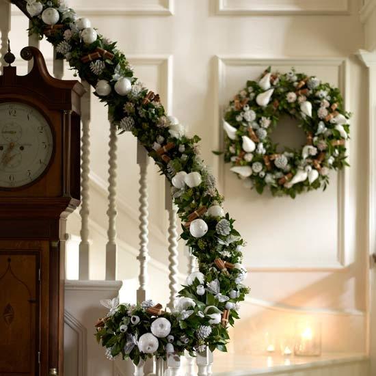 Дизайн интерьера. Потрясающие идеи украшения лестниц к Рождеству (58) (550x550, 149Kb)