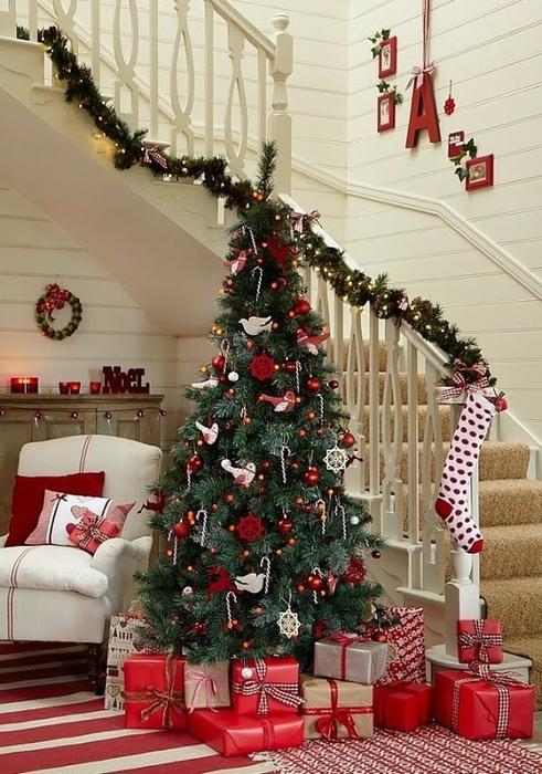 Дизайн интерьера. Потрясающие идеи украшения лестниц к Рождеству (73) (491x700, 288Kb)
