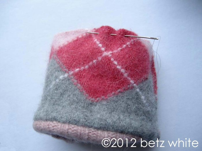 Шапочки для пингвинов из рукавов старого свитера (5) (700x525, 195Kb)
