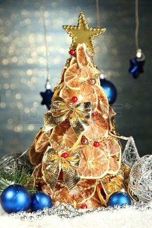 17064577-hermoso-a-rbol-de-navidad-de-los-limones-secos-con-la-decoracia-n-sobre-fondo-azul-brillo (300x450, 128Kb)