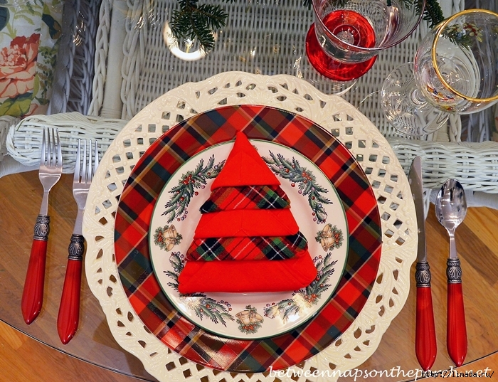 Christmas-Tablescape-Table-Setting-with-Plaid-Dishware-Spode-Christmas-Tree-Garland-aa_edited-1_wm (700x537, 397Kb)
