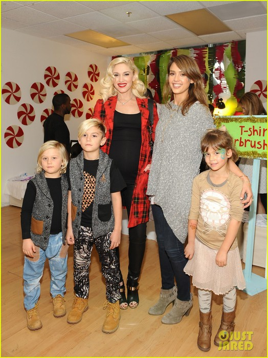 jessica-alba-gwen-stefani-baby2baby-holiday-party-03 (524x700, 123Kb)