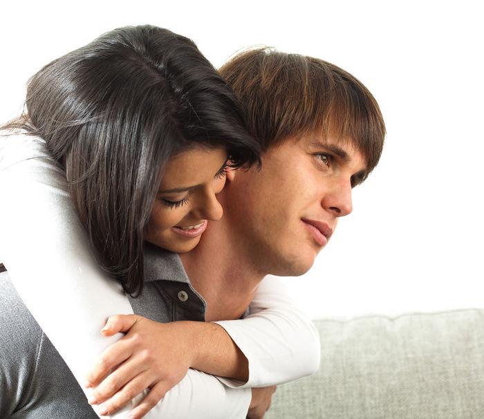 Рыжая девушка целуется с парнем фото со спины 26 фотография