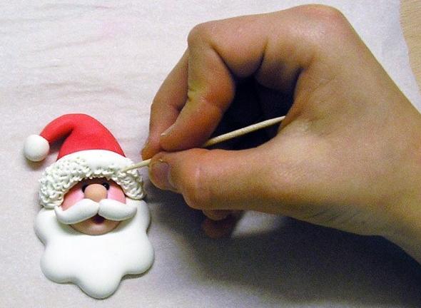 Фото мастер-класс по лепке Санта Клауса - подвески для елочки (16) (590x432, 582Kb)