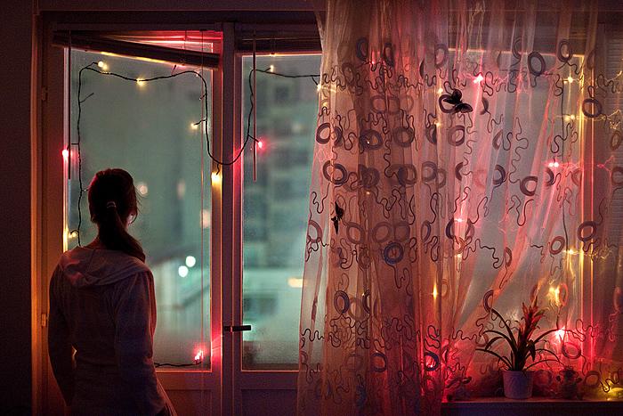 Картинки девушек блондинки смотрят в окно фото 280-759