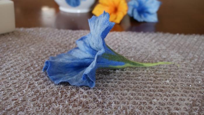 Цветы в технике мокрого валяния из шерсти. Фото мастер-класс (29) (700x396, 201Kb)