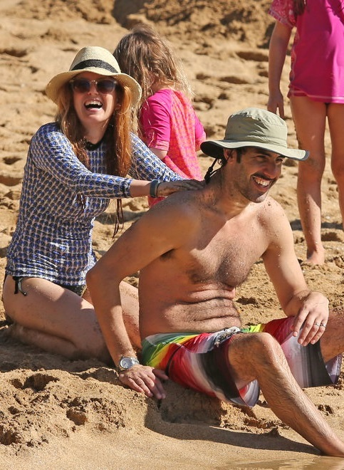 Isla-Fisher-Sacha-Baron-Cohen-Beach-Hawaii (483x660, 156Kb)
