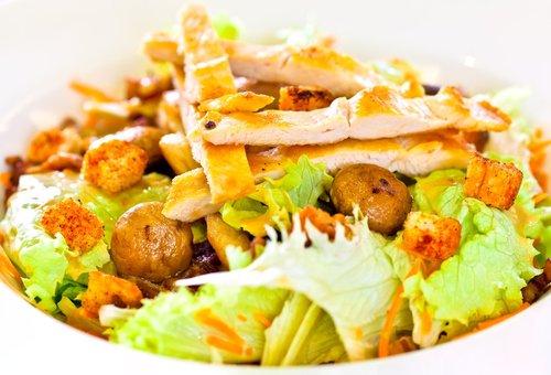 Салат с сухариками грибами курицей