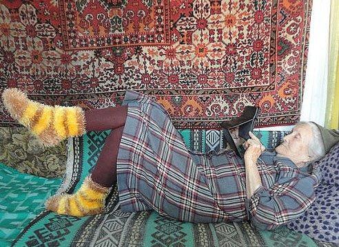 Пирогов испекла... Внуков накормила... Правнуков гулять проводила... Теперь можно в Одноклассниках ......ПОЛЕЖАТЬ))) (492x359, 98Kb)