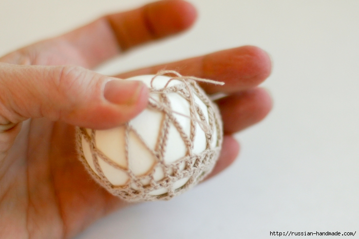 Как обвязать крючком пасхальное яйцо. Фото мастер-класс (27) (700x466, 173Kb)
