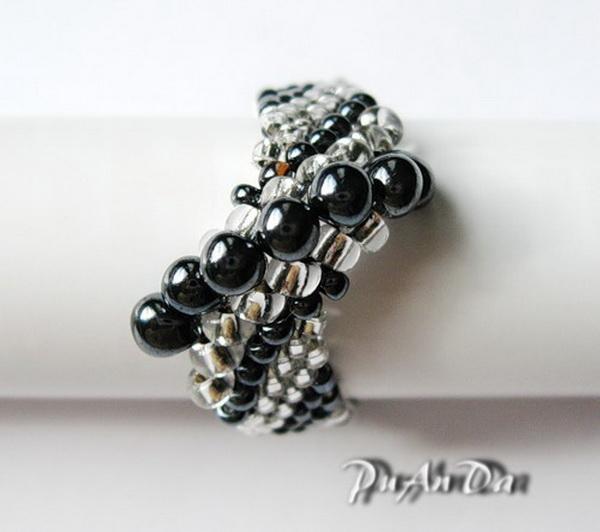 Такое кольцо из бисера действительно похоже на ракушку. .  Выглядит оригинально, а плетется достаточно просто. .