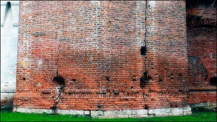 Симонов монастырь. Трещины на Кузнечной башне/3673959_17 (700x395, 95Kb)