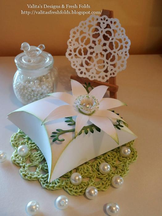 коробочка для подарка с цветком из бумаги (3) (525x700, 352Kb)
