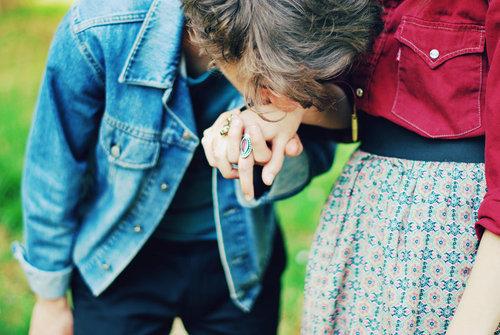 Мужчина целует руку2 (500x335, 64Kb)