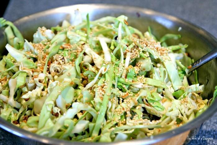 Салат с пекинской капустой маринованным огурцом