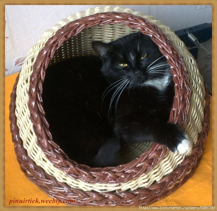 Корзина для кошки из газетных трубочек