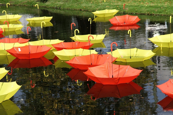 colorful-umbrellas-on-the-river (700x466, 284Kb)