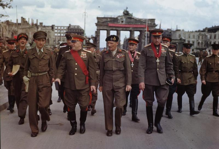 08 Allies_at_the_Brandenburg_Gate,_1945 (700x475, 275Kb)