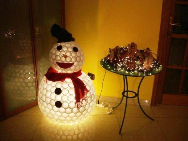Снеговик из пластиковых стаканчиков видео своими руками пошагово