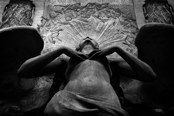 1 �асправь крылья. Один из ангелов кладбища Стальено в Генуе (700x468, 216Kb)