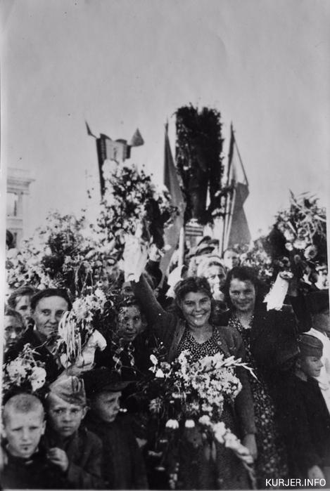 150509_photo Слуцк 9 мая 1945 года (469x700, 191Kb)