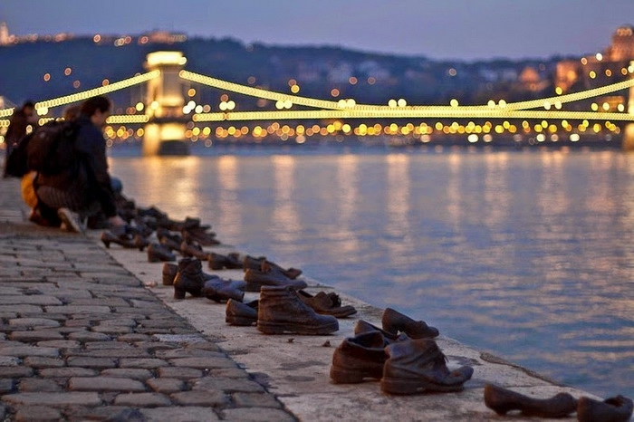 shoes-on-danube-1 (700x466, 188Kb)