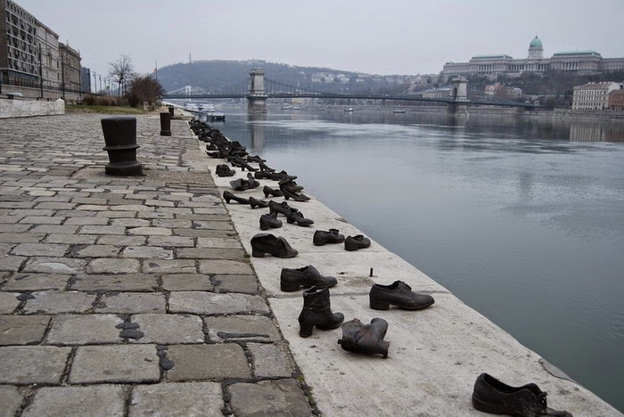 shoes-on-danube-3 (700x468, 200Kb)