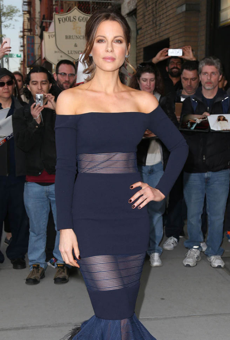 kate-beckinsale-sheer-11may16-01 (473x700, 283Kb)