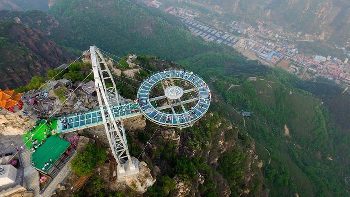 стеклянная смотровая площадка в китае 1 (700x393, 425Kb)