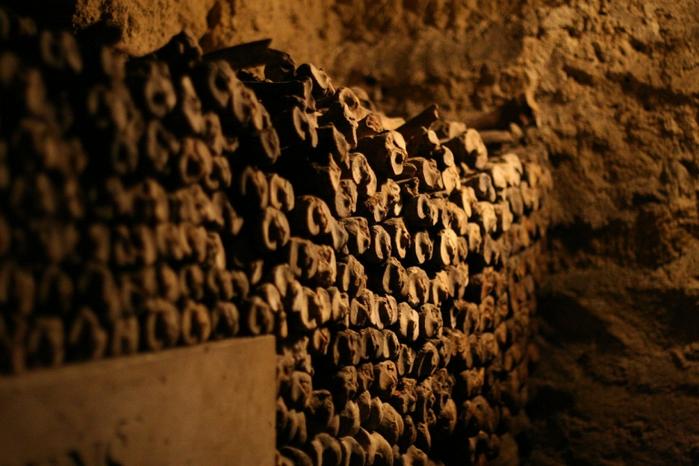katakomby-parizha-kladbische-pod-nogami-10-foto_3 (700x466, 394Kb)