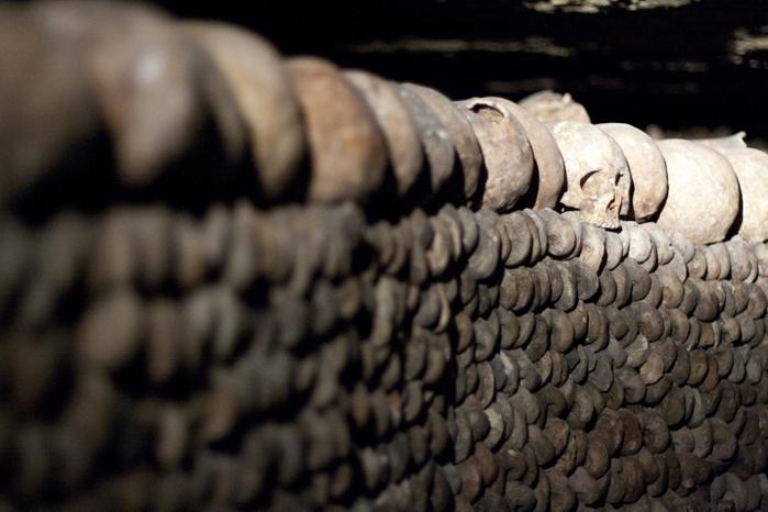 katakomby-parizha-kladbische-pod-nogami-10-foto_7 (700x466, 312Kb)